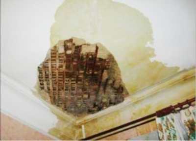 Избавляемся от пятен на потолке после протечки
